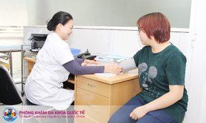 Bác sĩ khám phụ khoa